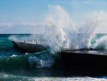 Splah do mar no cais vazio Imagens de Stock