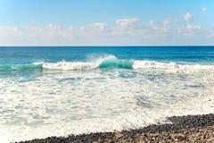 Splahes de la onda de Océano Atlántico Foto de archivo