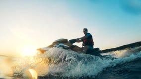 Splashes formó por un esquí del jet conducido por un jinete metrajes
