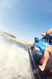 Splashes se précipitant hors d'un ski de jet pendant un tour rapide d'amusement sur une La Images libres de droits