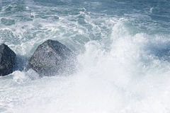 Splashing sea over rocks Royalty Free Stock Images