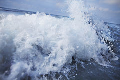Splashing wave coming into shore Royalty Free Stock Photos