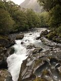 Splashy bergliten vik Arkivfoton
