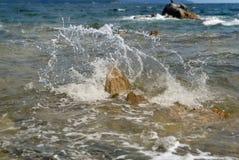 Splasing波浪击中了岩石 库存图片