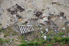 Splatający śmieci na plaży po burzy w perspektywie Obraz Stock