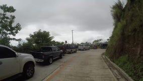 Splatający kierowcy i pasażery czeka polanę lawina błotna które blokują drogę zdjęcie wideo