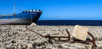Splatający statek na skały buggiba 12 03 2018 Obrazy Royalty Free