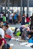 Splatający uchodźcy czeka uzyskiwać pomoc w Keleti Tra Obrazy Royalty Free