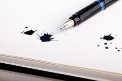 Splats dell'inchiostro con la penna di fontana Immagine Stock Libera da Diritti