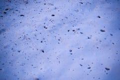 splats di sporcizia sulla neve vicino alla struttura della strada con la scenetta fondo, stagionale immagini stock