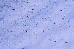 splats di sporcizia sulla neve vicino alla struttura della strada fondo, stagionale immagini stock