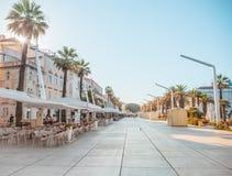 SPLEET, KROATIË - JULI 10, 2017: Promenadegebied van Gespleten stad bij gouden uur met bijna geen mensen daar - verdeel, Kroatië Stock Fotografie
