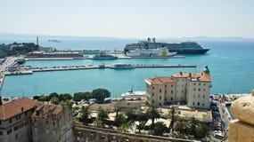 Spleet, Kroatië - 07 22 2015 - Satellietbeeld van de stad van de klokketoren, haven met boten, mooie cityscape, zonnige dag stock foto's
