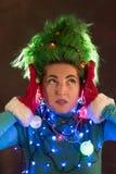 Splended dziewczyna z zielonym włosy ubierał w Bożenarodzeniowych girlandach Dziewczyna przedstawia choinki Pojęcie dobry nastrój fotografia royalty free