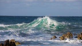 Splendida vista ddi un onda che si infrange. Onda che si infrange sugli scogli Royalty Free Stock Image