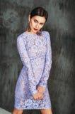 Splendor dziewczyna ubierająca w koronkowej sukni zdjęcie stock