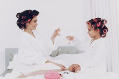 Splendor dziewczyna z matką Laka dla młodej dziewczyny zdjęcie royalty free