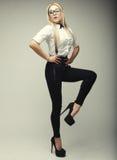Splendor elegancka piękna młoda kobieta jest ubranym szkła Zdjęcia Royalty Free