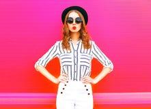 Splendor kobieta jest ubranym czarnych kapeluszy okularów przeciwsłonecznych biel dyszy Zdjęcie Royalty Free