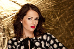 Splendor kobieta na złocistym tle Zdjęcie Royalty Free