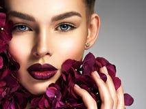 Splendor młoda kobieta z kwiatami fotografia stock