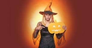 Splendor mody wampira Seksowna dama z czarownica kostiumem Pi?kni potomstwa zaskakiwali kobiety w czarownica kapeluszu i kostiumo fotografia stock
