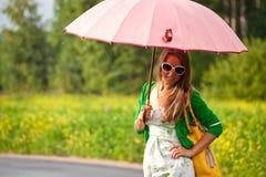 Splendor Szczęśliwa kobieta pod parasolem obrazy royalty free