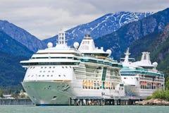 Splendore delle navi da crociera dell'Alaska, rapsodia, Skagway Immagine Stock Libera da Diritti
