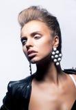 Splendoru piękna kobieta w mody czerń kurtce Obraz Royalty Free