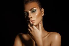 Splendoru wysokiego kontrasta młoda kobieta z zielonych kolorów makeup na bl fotografia royalty free