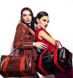 Splendoru zbliżenia portret dwa pięknych seksownych eleganckich brunetek Kaukaskiej młodej kobiety modeluje z jaskrawym makeup z c zdjęcia stock