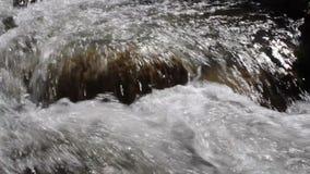 Spleten op de bergrivier stock videobeelden