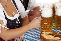 Splijten van Beiers Vrouw en bier Oktoberfest stock foto's