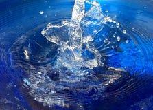 Splish Spritzen in das Wasser Lizenzfreie Stockbilder