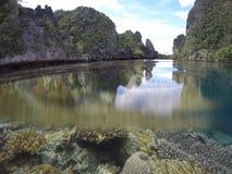 Splitshot av korall och Karsts i Misol, Raja Ampat, Indonesien Royaltyfria Bilder
