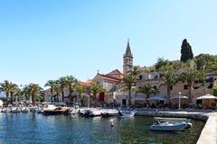 SPLITSKA,克罗地亚- 2017年7月15日:被停泊的yatchs和小船在一个小镇Splitska -克罗地亚,海岛Brac的港口 库存照片