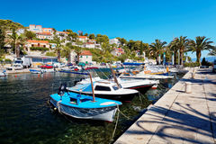 SPLITSKA,克罗地亚- 2017年7月15日:Yatchs和小船在一个小镇Splitska -克罗地亚,海岛Brac的港口 免版税库存图片
