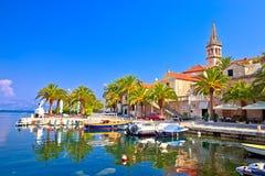 Splitska στην προκυμαία νησιών Brac και την άποψη ορόσημων στοκ εικόνα