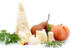 Splitter des Parmesankäseparmesankäses auf weißem Hintergrund lizenzfreie stockfotos