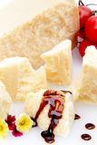 Splitter des Parmesankäseparmesankäses auf weißem Hintergrund stockbilder