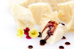 Splitter des Parmesankäseparmesankäses auf weißem Hintergrund stockbild