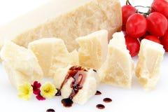 Splitter des Parmesankäseparmesankäses auf weißem Hintergrund stockfotografie