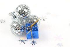 Splitter-Glasweihnachtsverzierung mit blauem Geschenk lizenzfreie stockfotos