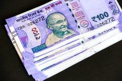Splitterny indier hundra rupier sedlar royaltyfri fotografi