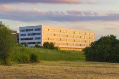 Splitterny kontor i Krakow, innan att öppna, begrepp för nybyggekonstruktion Fotografering för Bildbyråer
