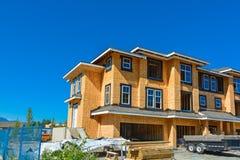 Splitterny radhus som bygger under konstruktion på solig dag i Kanada arkivfoto