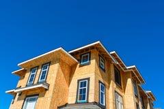 Splitterny radhus som bygger under konstruktion på solig dag i Kanada royaltyfria foton