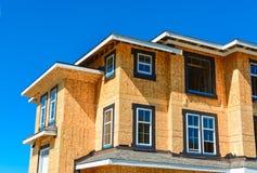 Splitterny radhus som bygger under konstruktion p? solig dag i Kanada royaltyfria bilder