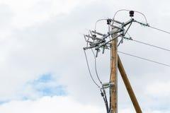 Splitterny träelektricitetspol i en grå molnig dag royaltyfri foto
