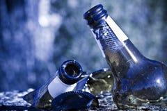 Splittrad ölflaska som vilar på jordningen: alkoholismbegrepp Royaltyfria Bilder
